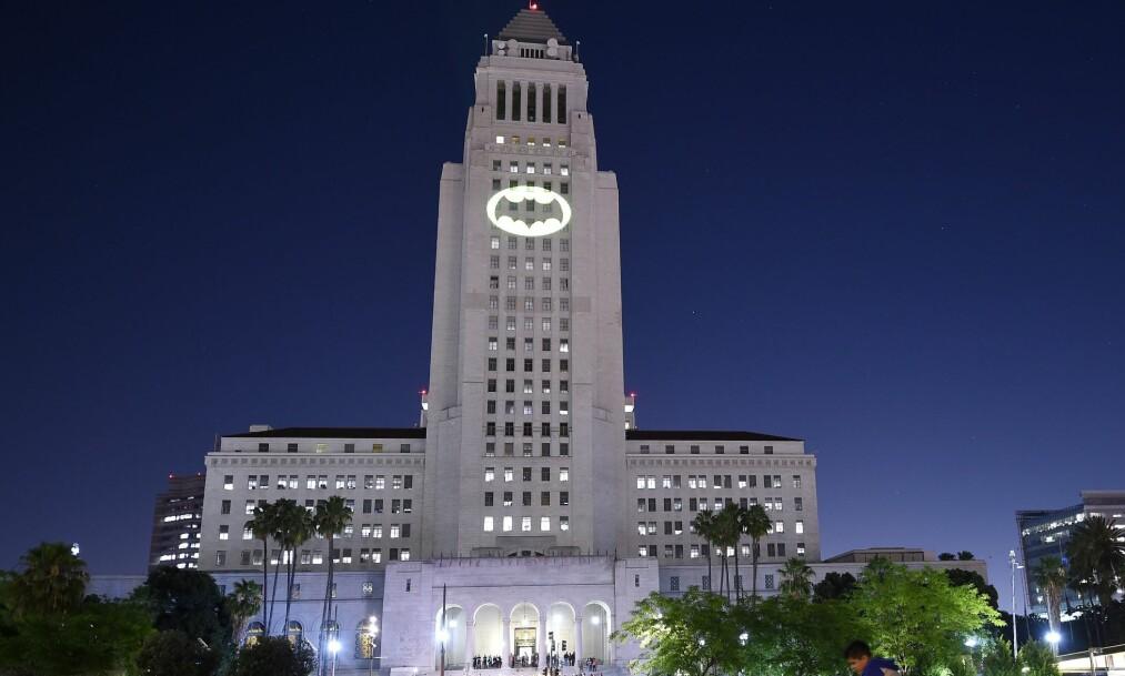 <strong>LYSTE OPP RÅDHUSET:</strong> Los Angeles hyllet den avdøde skuespilleren Adam West. Batman-symbolet lyste opp fasaden foran tusenvis av oppmøtte. Foto: NTB Scanpix