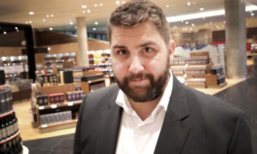 - DET SKAL GÅ RASKT: Haakon Dagestad i Travel Retail Norge, sier at det ikke er ventetid på hentepunktene. Du kan også betale andre varer der, som du kommer på at du vil kjøpe på veien gjennom butikken. Foto: Ole Petter Baugerød Stokke
