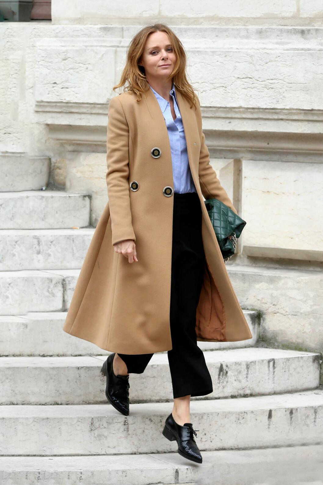 KAMELKÅPEN: Designeren bak sitt eget merke, Stella McCartney, henger med på trendene og kombinerer den lekre kampelkåpen på en superkul måte! Foto: Splash News