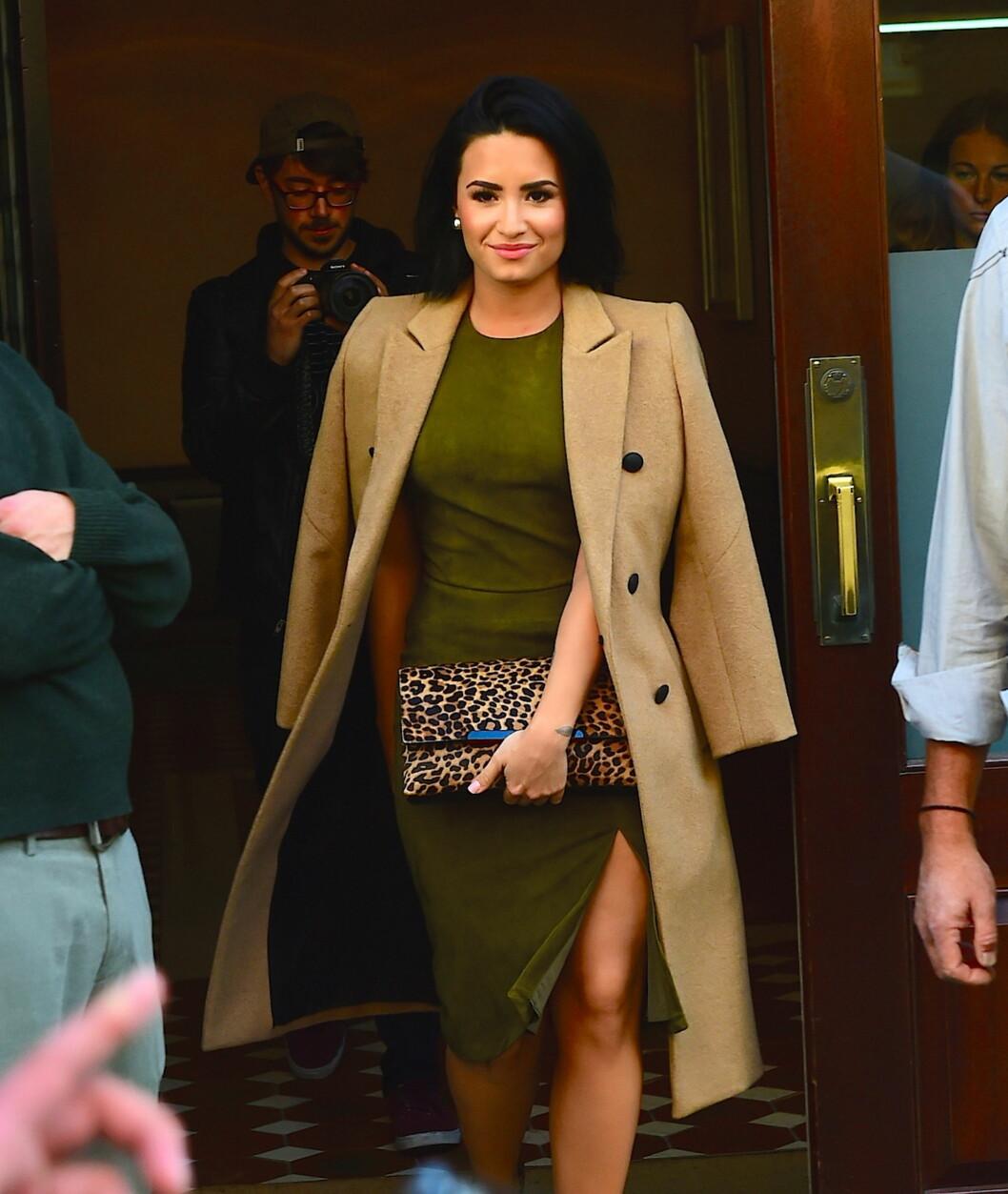 KAMELKÅPE: Popstjerne Demi Lovato ser fantastisk ut i dette lekre antrekket! Foto: Splash News
