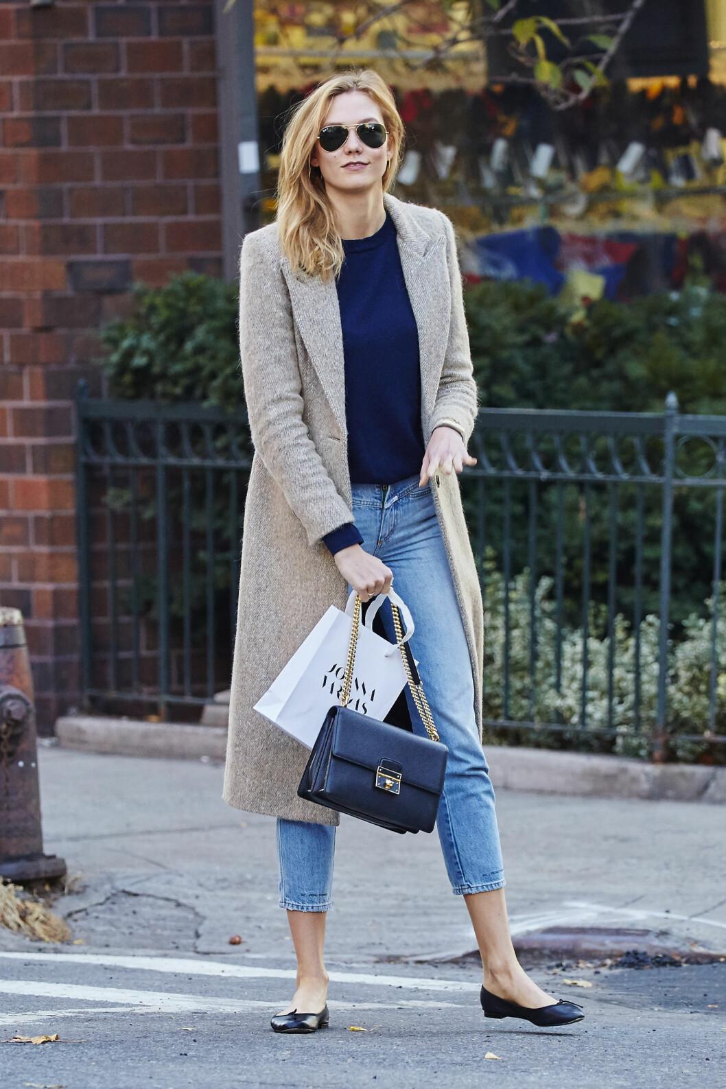 KAMELKÅPE: Supermodell Karlie Kloss går får en litt gråere variant av kåpen, men den er fremdeles like fin! Foto: Splash News