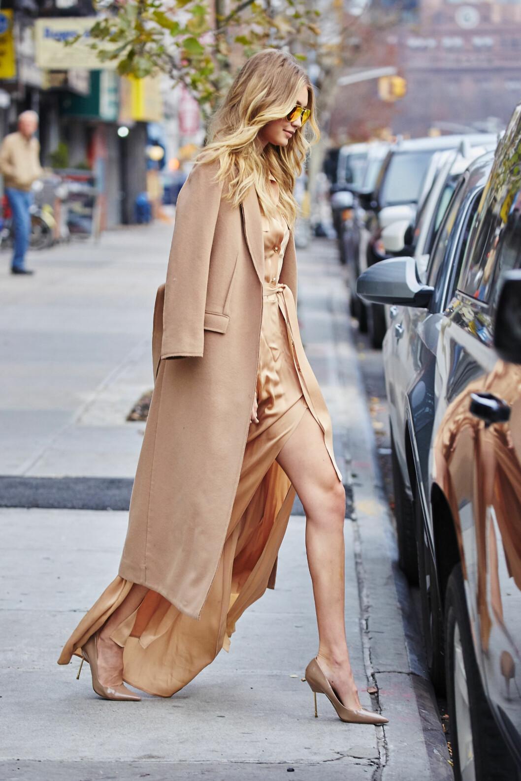 KAMELKÅPE: Gigi Hadid er blant de hotteste modellene i bransjen om dagen. Hun ser alltid fantastisk ut på catwalken, men også gatelangs i New York! Foto: Splash News