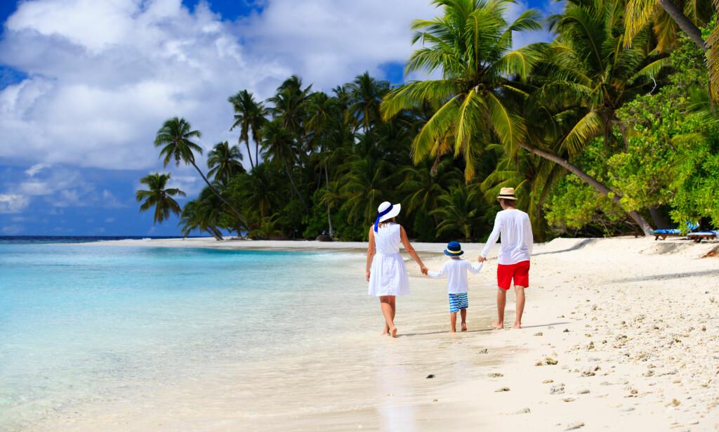 LEV SOM HJEMME: Når du oppsøker sol og strand, kan du betale med kort som du pleier - med de samme forsiktighetsregler som hjemme. Alle foto: NTB SHUTTERSTOCK