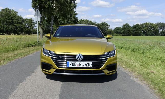 ØRNEBLIKK: Frontdesignen på Arteon mangler ikke personlighet. Den prangende VW-logoen forteller stolt hvilket merke det er. Foto: Knut Moberg