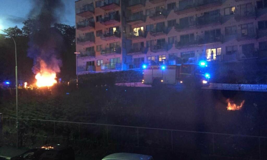 BRANN: En bil sto i full fyr på Torshov i Oslo. Politiet undersøker nå om brannen kan være påsatt. Foto: Tipser