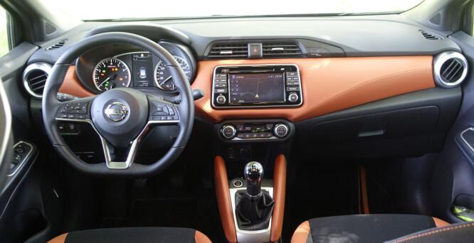<strong>ANDRE VALG:</strong> I småbilen Nissan Micra (bildet), introduseres skinn på dashbordet, kontrasterende farger og synlige sømmer, for å gi inntrykk av at man nærmer seg premium-klassen. I den store premium-bilen Velar, derimot, går man altså andre veien. Foto: Rune M. Nesheim