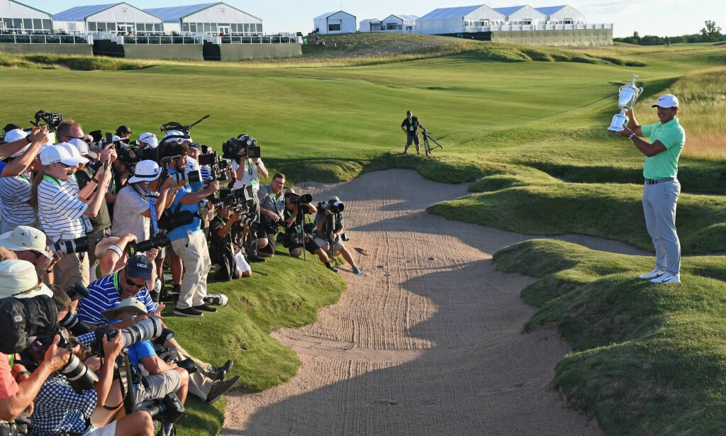 VANT POKALEN: Brooks Koepka vant US Open i golf. Foto: Ross Kinnaird/Getty Images/AFP/NTB Scanpix