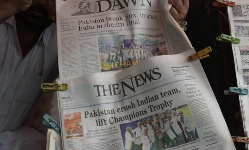 Pakistanske aviser prioriterte selvsagt seieren høyt. Foto: Aamir Qureshi / AFP / NTB Scanpix