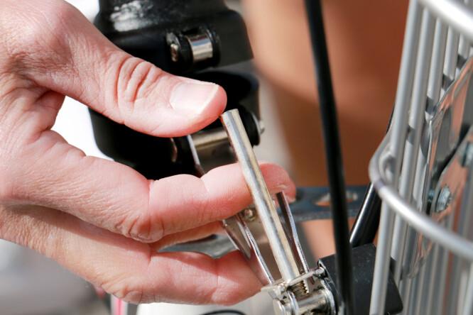 <strong>LÅSEMEKANISMEN FOR STYRESTANGEN ER IKKE TRYGG:</strong> Styret sitter ikke som det bør, og en liten del inni låsemekanismen knakk allerede første gang vi skulle sette opp sykkelen. Det er ikke bra! Foto: Ole Petter Baugerød Stokke