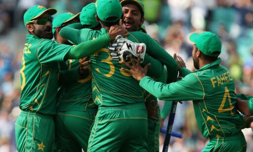 FEIRET: Spillerne på det pakistanske landslaget feirer seieren over India. Foto: James Marsh / Shutterstock / NTB Scanpix