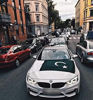 LANG REKKE: Et tjuetalls biler ble med i den spontane paraden. Foto: Zain Raja