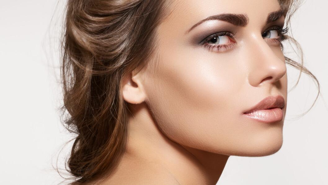 HIGHLIGHTER: Dersom du bruker highlighteren riktig, kan du sminke deg selv yngre og fremheve dine beste trekk. Foto: Shutterstock