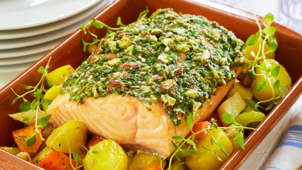 GOD HVERDAGSMAT: Laks med mandeldekke og ovnsstekte rotgrønnsaker. Foto: Synøve Dreyer