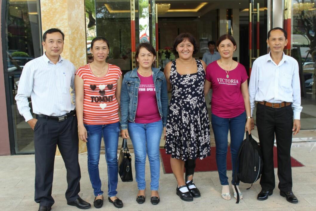 <strong>NÆRMESTE FAMILIE:</strong> Line ble mottatt med åpne armer da hun kom til Vietnam i oktober. Her sammen med sine fem søsken,  de to yngste ble født etter at faren giftet seg på nytt. Fra venstre halvbror Loi (41), halvsøster Loc (40), Lanh (47), Mau (Line), Le (45) og storebror Nhanh (51). Foto: Privat