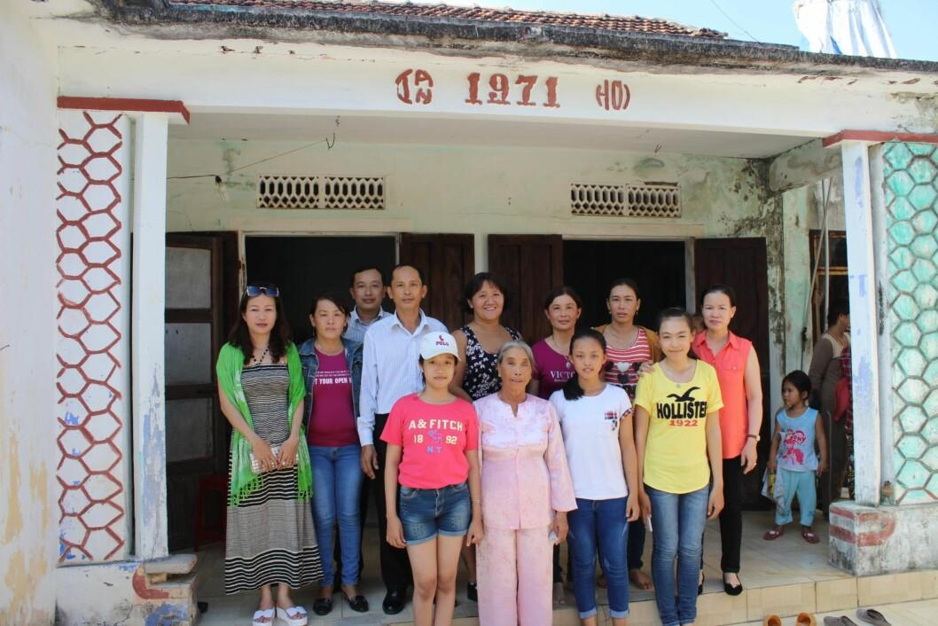 <strong>BARNDOMSHJEMMET:</strong> I dette huset ble Line født. Her bor nå stemoren (i rosa drakt), som ble enke for 17 år siden. På bildet ser vi Line sammen med søsken og tantebarn.  Foto: Privat