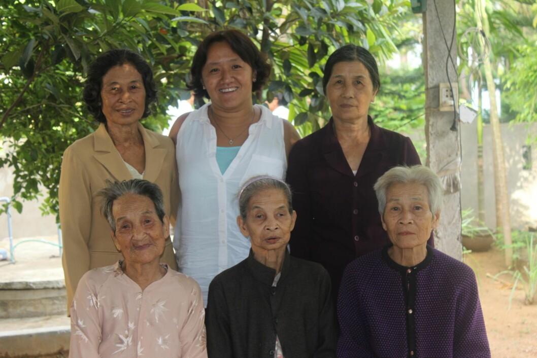<strong>TANTER:</strong> Fem av morens gjenlevende søstre kom for å hilse på Mau, som hadde reist den lange veien fra Norge for å møte dem.   Foto: Privat