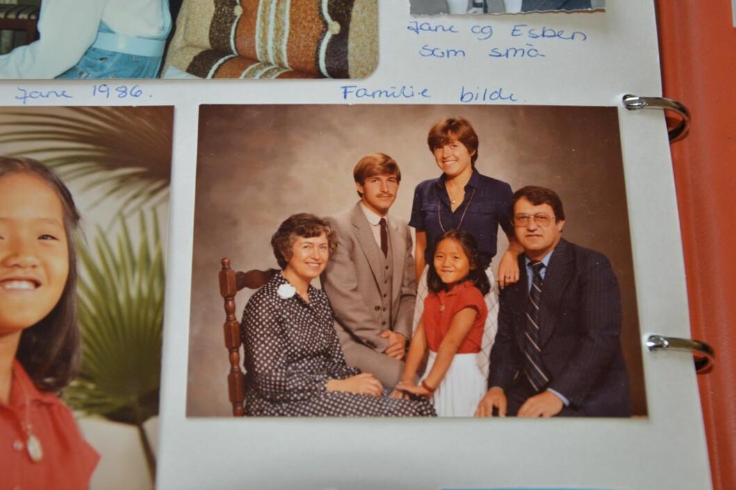 <strong>FAMILIEN:</strong> Hele familien hos fotografen. Bildet viser Line sammen med foreldrene Mary og Per, broren Esben og søsteren Jane. Foto: Privat