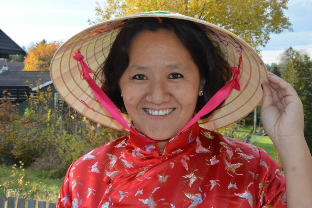 <strong>ADOPTERT FRA VIETNAM:</strong> – Jeg har to identiteter og to familier – heldig er jeg! sier Line Hersve, som nylig fant sine røtter blant 90 millioner mennesker i Vietnam. Her ser vi henne som Mau med hatt og bluse fra fødelandet sitt. Foto: Randi Johnsen
