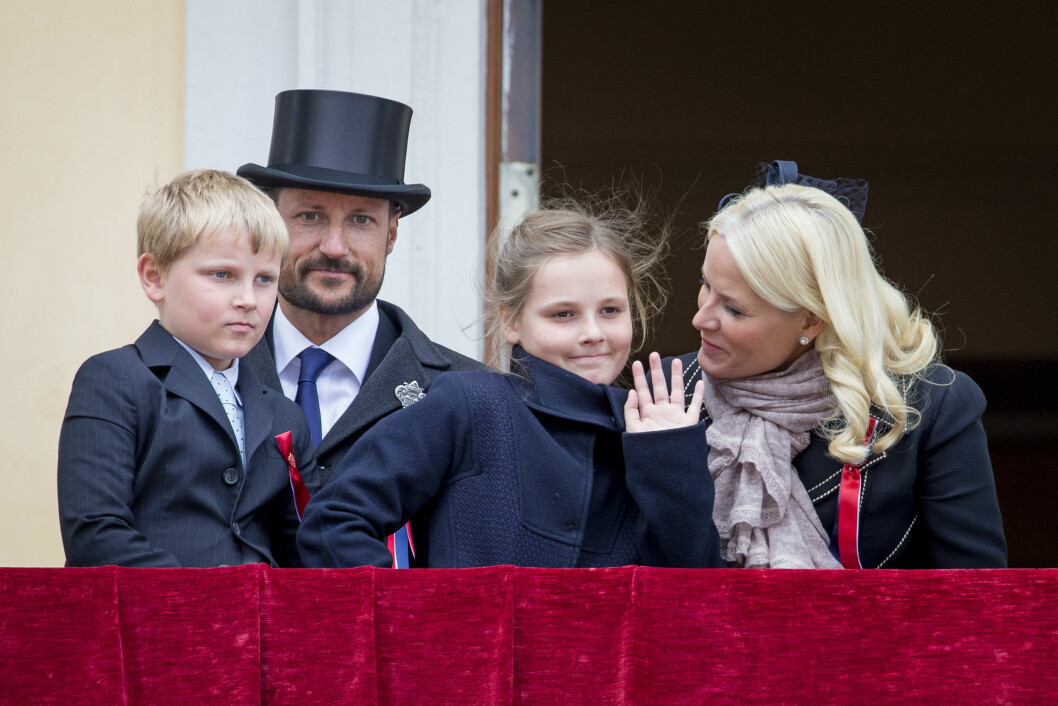 FIN FAMILIE: Kronprinsparet har valgt kongelige navn til sine to felles barn Ingrid Alexandra og Sverre Magnus. Her er firerbanden fotografert på slottsbalkongen 17. mai i fjor. Foto: NTB Scanpix