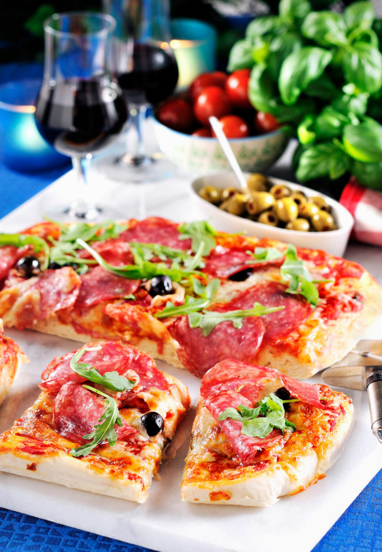 PIZZA MED TYKK BUNN: Panpizza er det vi ofte tenker på som amerikansk pizza. Den har tykk, myk bunn i motsetning til den italienske pizzaen som har tynn, sprø bunn. Foto: Kent Jardhammar