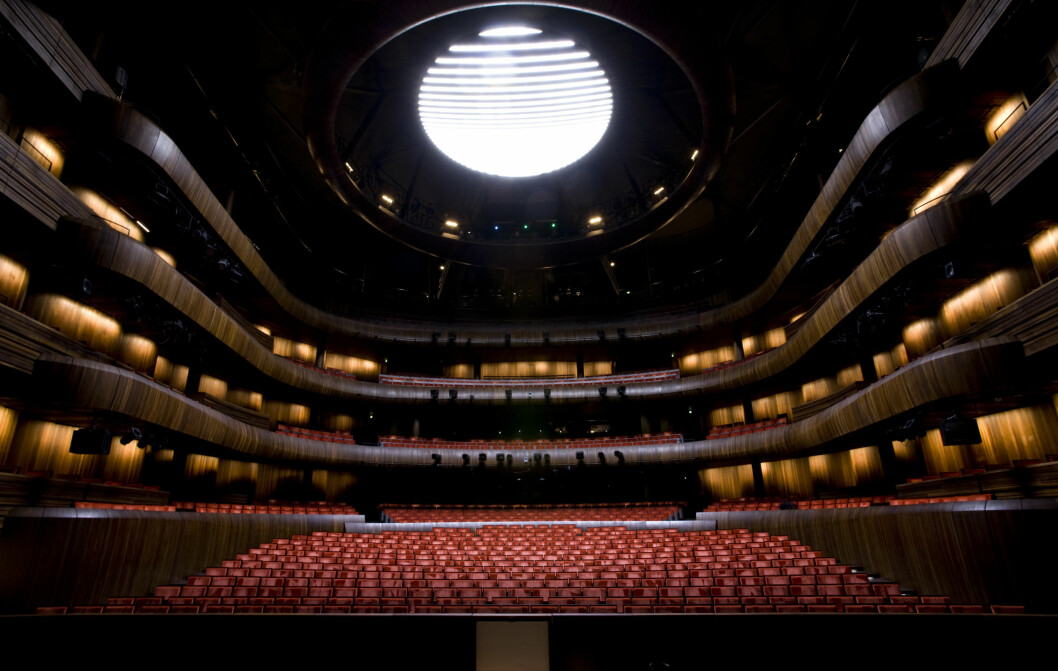 PLASS TIL MANGE: Inne på hovedscenen til Den Norske Opera er det plass til mange tilskuere.  Foto: Erik Berg / Operaen.no