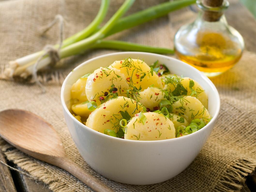 SUNNERE ALTERNATIV: Kostholdsekspert Mette Svendsen anbefaler å bytte ut fløtesausen på potene med olivenolje og grønnsaker. Nam! Foto: Shutterstock / Wiktory