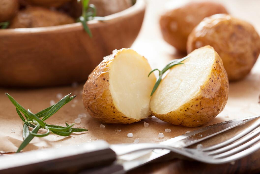 NÆRINGSRIKT: Dersom du spiser poteten med skallet på, får du i deg ekstra mye kostfiber. Foto: Shutterstock