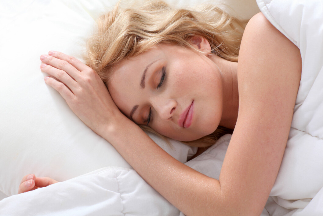 SOVE GODT: Søvnen vår påvirkes blant annet av temperaturen i rommet, om det ligger noen ved siden av deg og tykkelsen på dynen din. Foto: Shutterstock / Goodluz