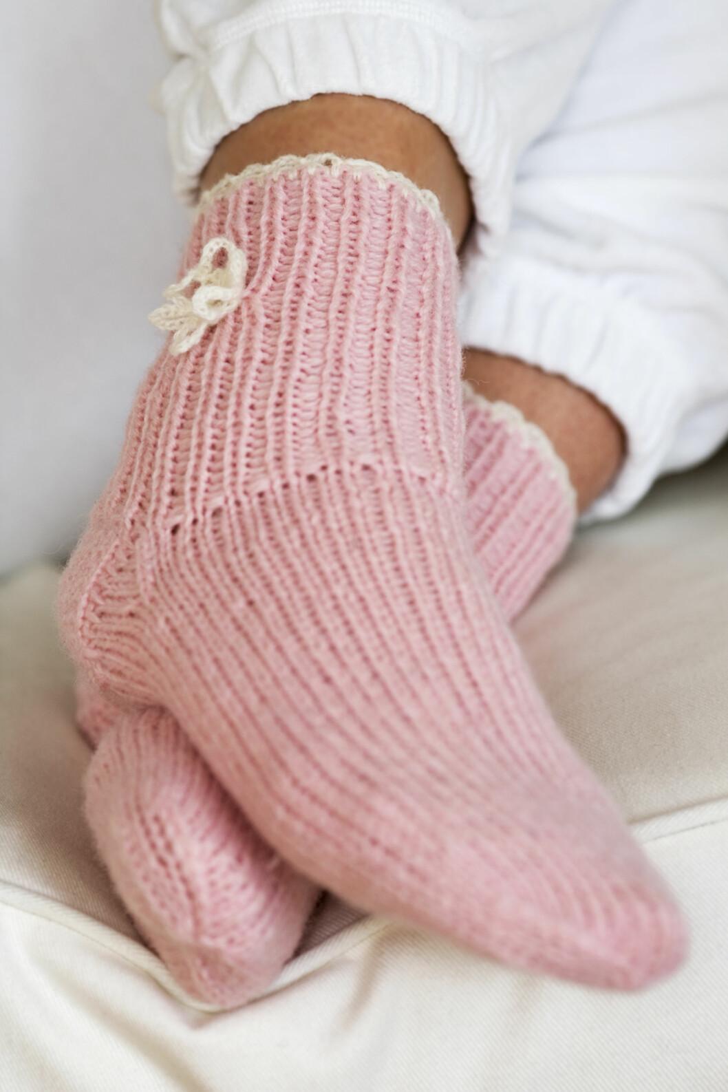 HUSK SOKKER: Å fryse på bena er ikke bra for nattesøvnen, og søvneksperten råder til å ha på et par varme sokker, uansett om du helst sover med eller uten klær.  Foto: Scanpix