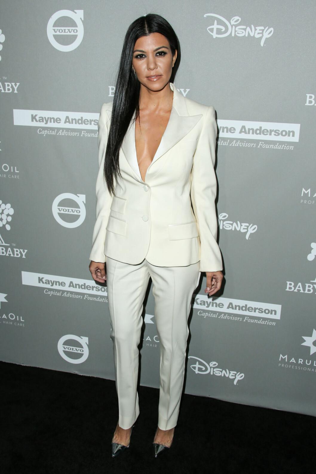 <strong>HIT I HVITT:</strong> Også reality-stjernen Kourtney Kardashian gikk for en hvit todelt dress da hun deltok på gallaen Baby2Baby i Culver City i Los Angeles i midten av november. Foto: NTB Scanpix