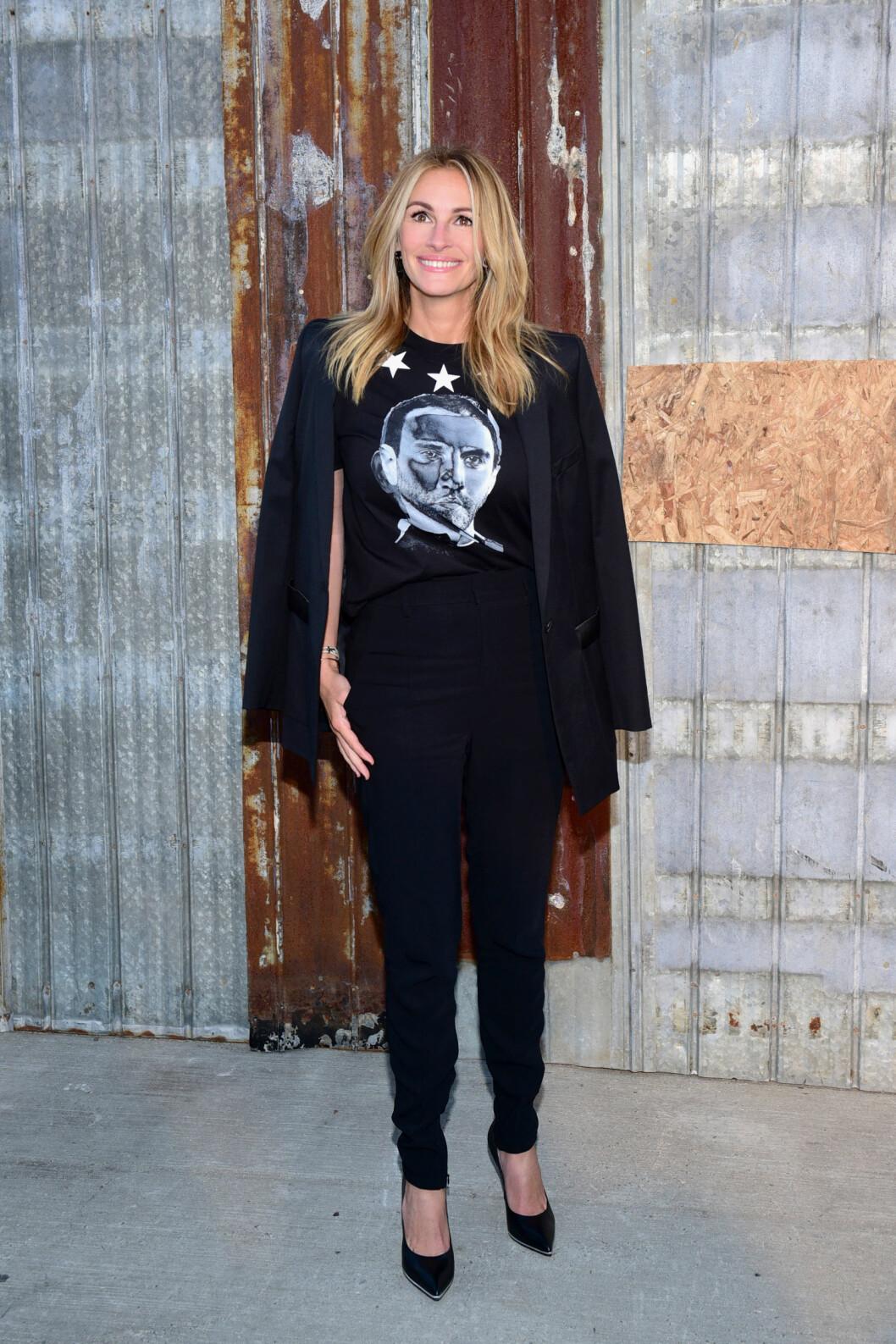 <strong>ROCKA:</strong> Skuespiller Julia Roberts er 48 år - men ser ut som hun kunne vært 20 år yngre - spesielt i dette antrekket! Her fra Givenchy Spring 2016 Fashion Show i Hudson River Park i New York i september. Foto: NTB Scanpix