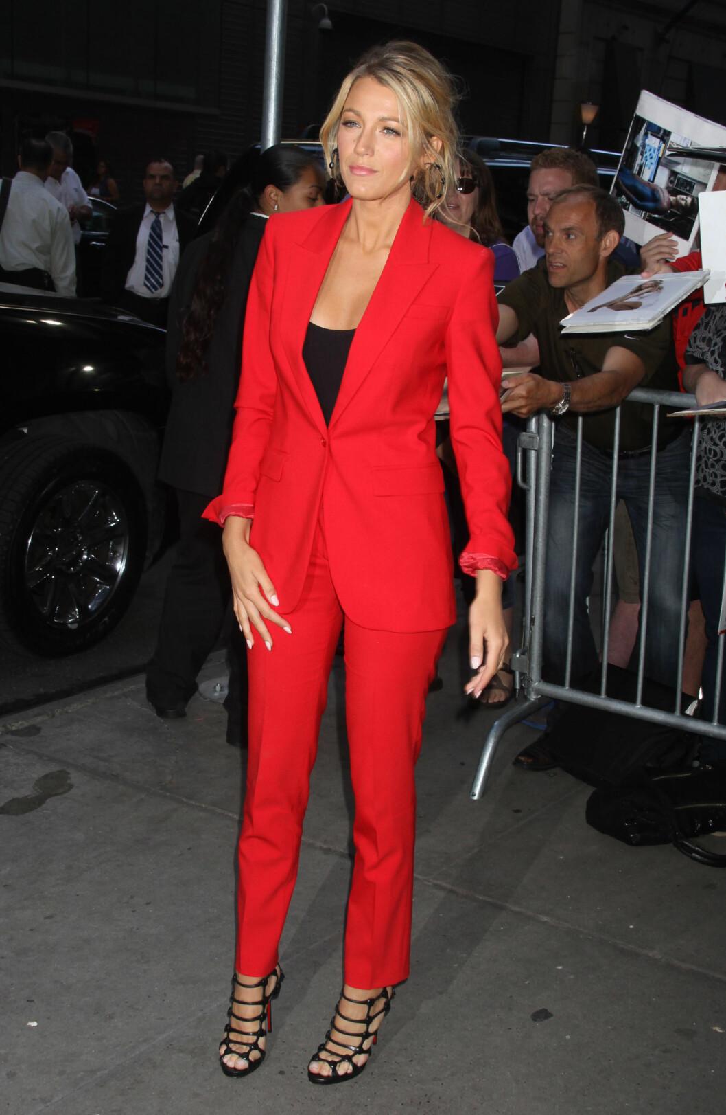 <strong>FUNKY FARGE:</strong> Skuespiller Blake Lively valgte en fresh rødfarge på sin buksedress da hun deltok på et kjendisevent i New York i 2012. Foto: NTB Scanpix