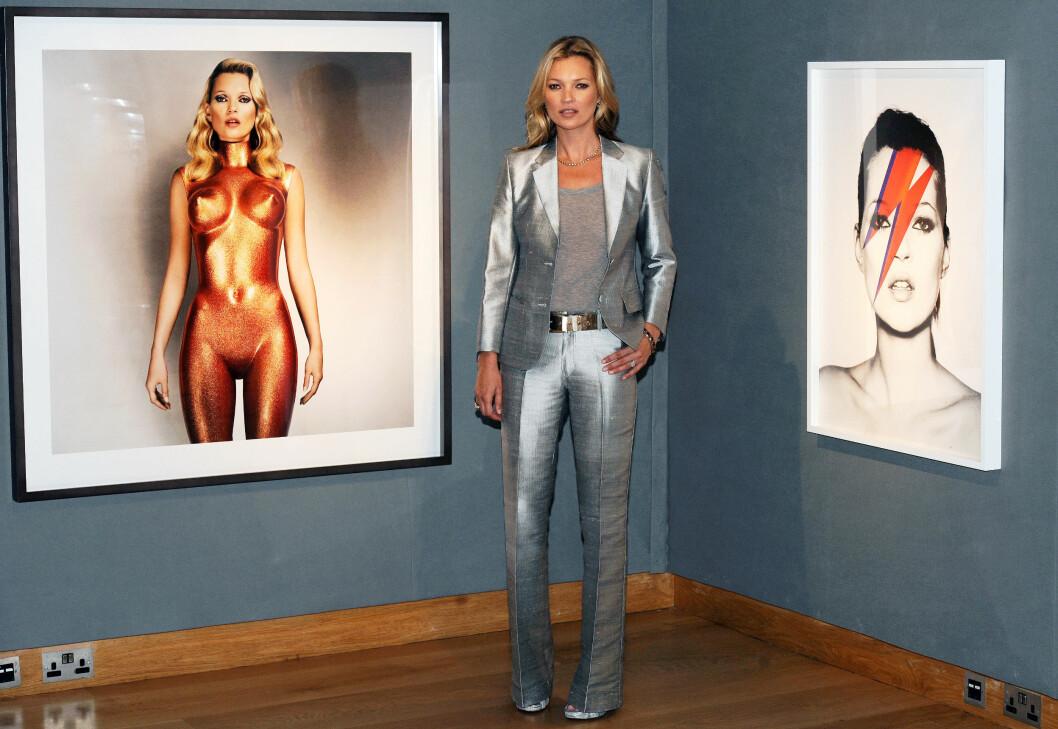 <strong>SØLV:</strong> Supermodell Kate Moss er nok den av kjendisdamene som sverger mest til «mannedressen»-moten. Dette bildet er fra auksjonen «Kate Moss From The Collection of Gert Elfering» som ble avholdt i London i 2013. Foto: NTB Scanpix