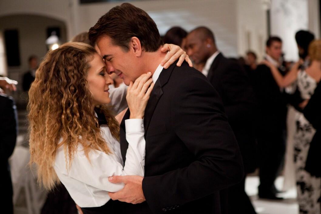 <strong>ORIGINAL MOTELØVE:</strong> Sarah Jessica Parkers rollefigur Carrie Bradshaw i «Sex og singelliv»-serien fra 90- og 2000-tallet ble verdenskjent for å gå sine egne veier på motefronten. I 2010 stilte hun i smoking under filmen «Sex and the City 2». Her med skuespillerkollega Chris Noth, som spilte Carries store kjærlighet «Mr. Big».  Foto: NTB Scanpix