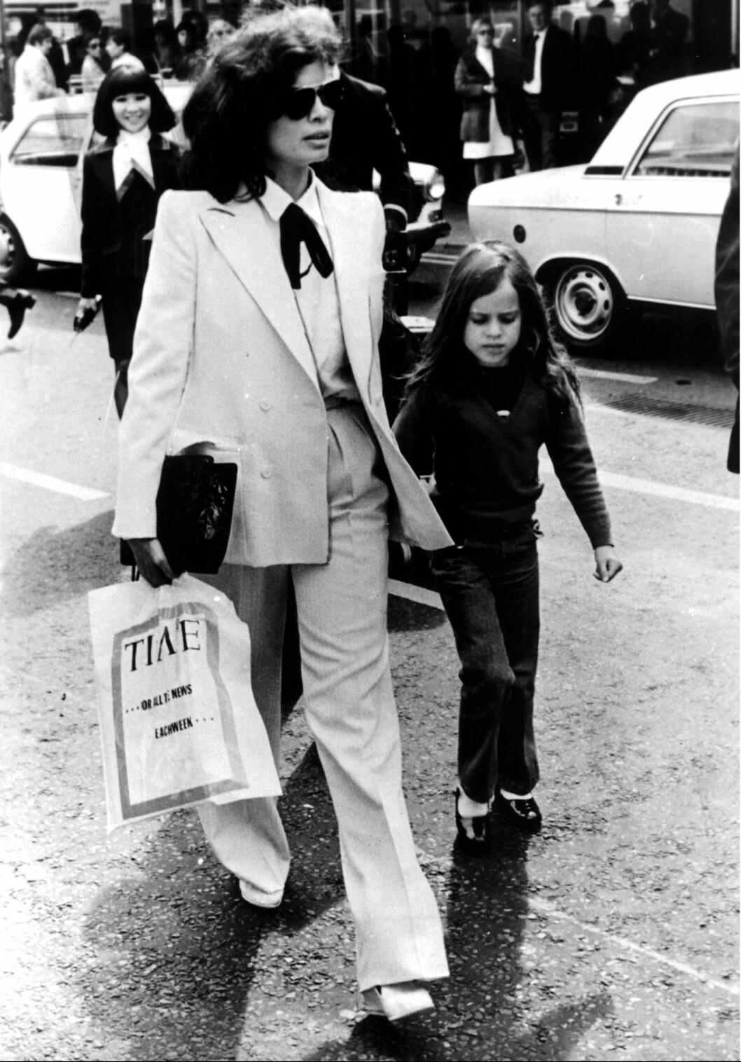 <strong>FASHIONISTA:</strong> Den daværende modellen og skuespilleren Bianca Jagger fotografert i Londons gater i mai 1979 med datteren Jade Jagger. Foto: NTB Scanpix
