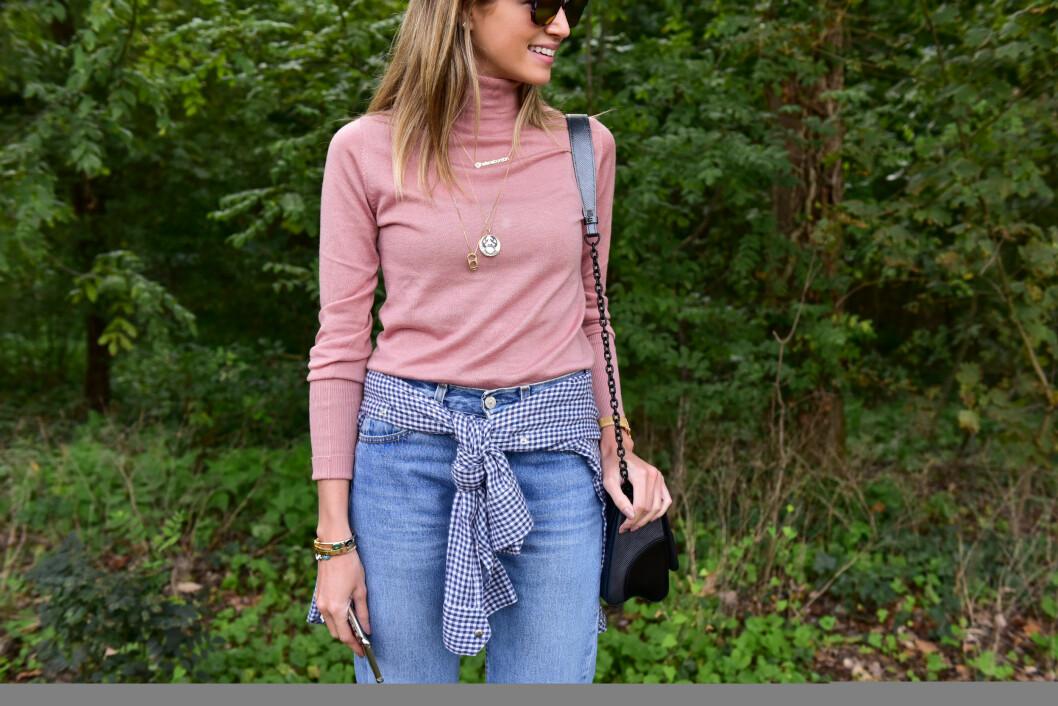 HELENA BORDON: Bloggeren brukte en rosa pologenser sammen med et par jeans under Paris Fashion Week - se så fresht! Foto: DPA