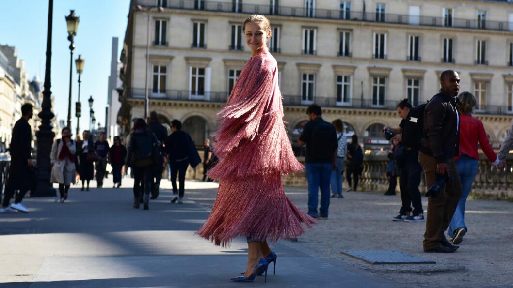 ROSA: Gjør som blogger Daria Shapovalova og gå for et antrekk hvor rosa står i fokus, eller kombiner en rosa genser med et par kule jeans. Nederst i saken kan du shoppe masse rosa plagg! Foto: DPA