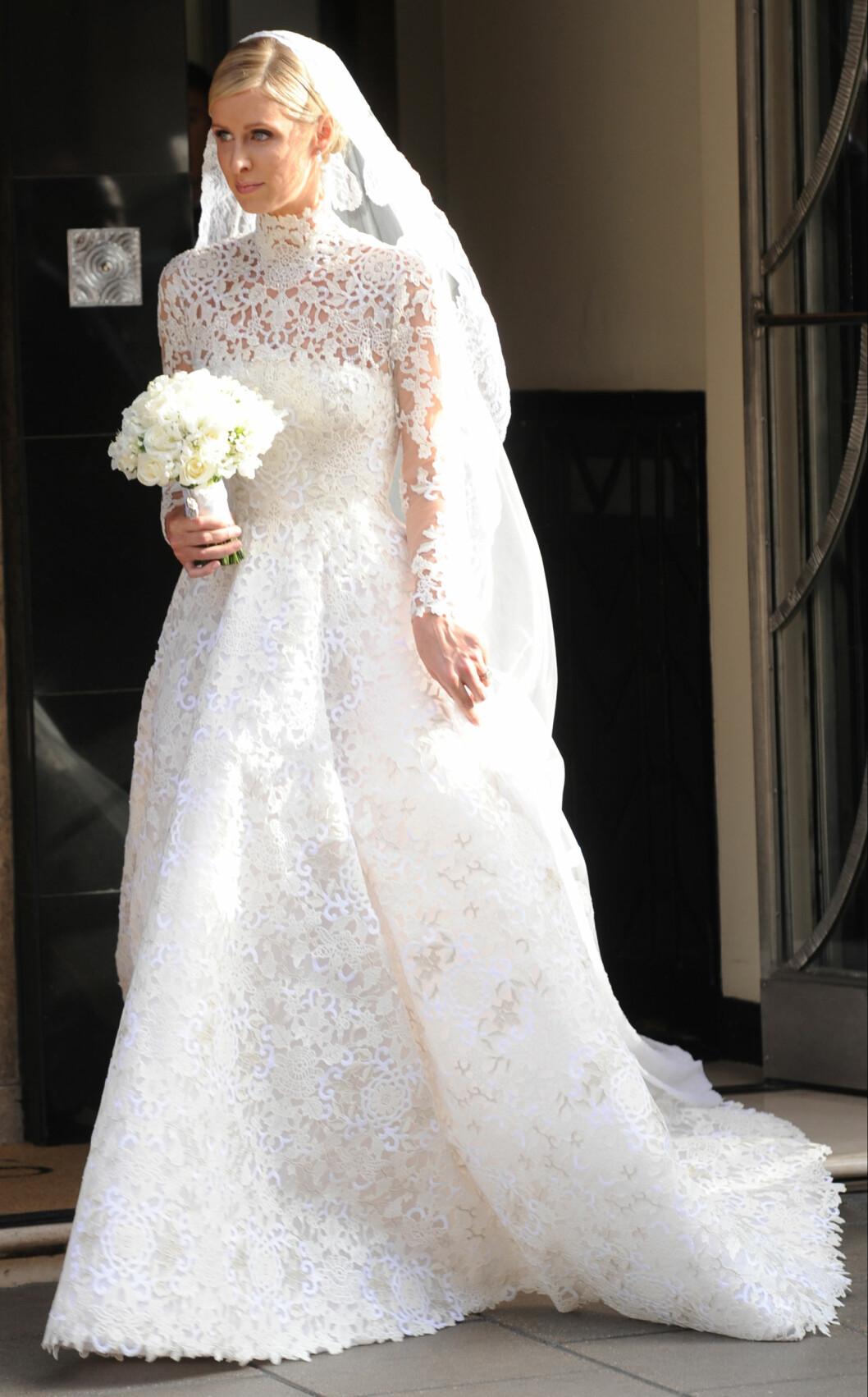 BLONDER: Det var tydelig hva Nicky Hilton hadde bedt om da denne kjolen ble designet. Hele kreasjonen var dekket av blonder fra topp til tå. Foto: Xposure