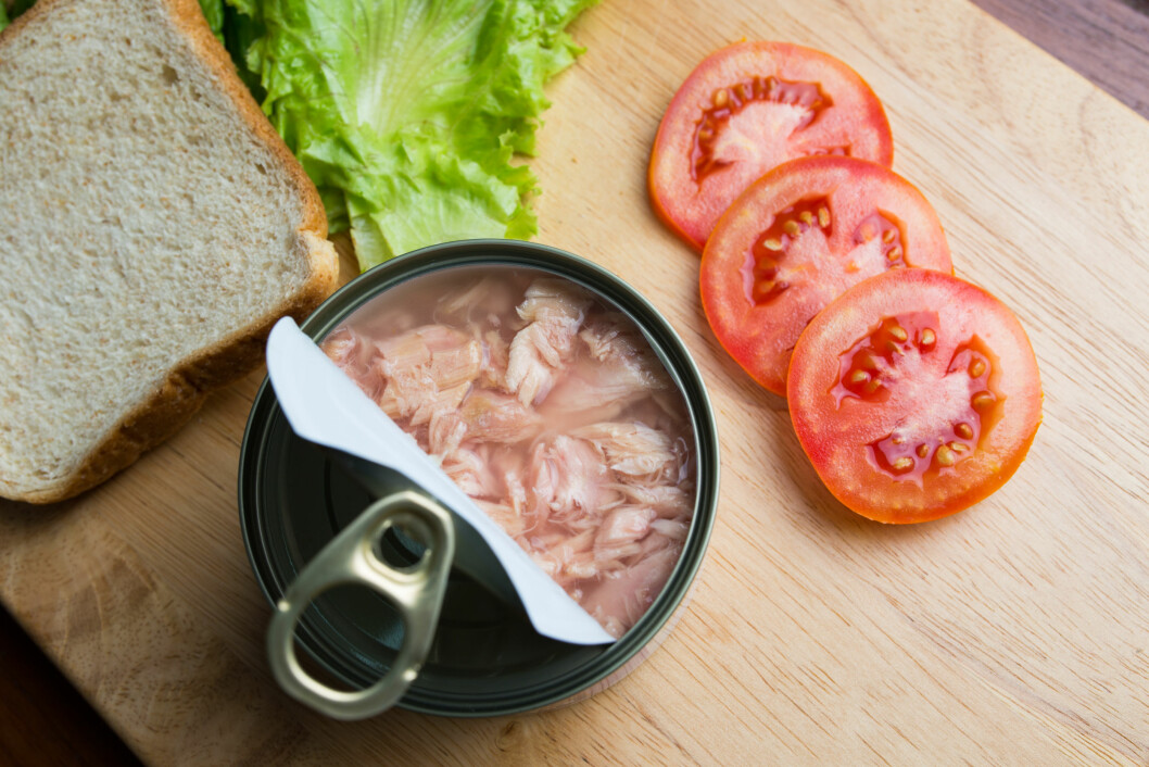 TUNFISK PÅ BOKS: Ikke bare er tunfisk på boks billig, det er også sunnere enn den ferske varianten.  Foto: Shutterstock / artemisphoto