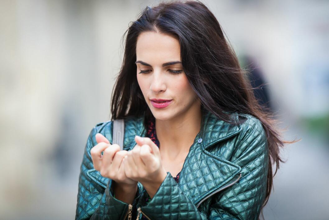 HARDE NEGLER: Disse neglene er porøse og har lett for å knekke. Sørg derfor for å spise riktig, smøre hendene og bruke hansker. Foto: REX/Garo/Phanie/All Over Press