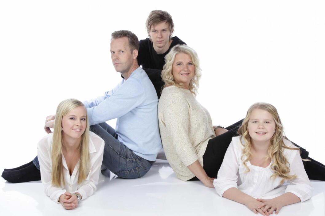 STØTTESPILLERE: Marie kom til onkel og tante da hun var 13 år gammel. Der var det trygt. Fra venstre: Marie, Ståle (onkel), Thomas (20), Marianne (tante) og Tonje (14). Foto: PRIVAT