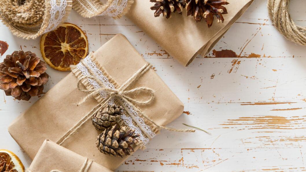 JULEGAVER: Noen ganger bruker vi litt ekstra på julegavene. Kanskje vil du bruke litt mer på en spesiell person, eller kanskje går hele søskenflokken sammen og kjøper noe fint til mor! Her finner du hvert fall de perfekte julegavene til under 2000 kroner. Foto: Shutterstock / Oleksandra Naumenko