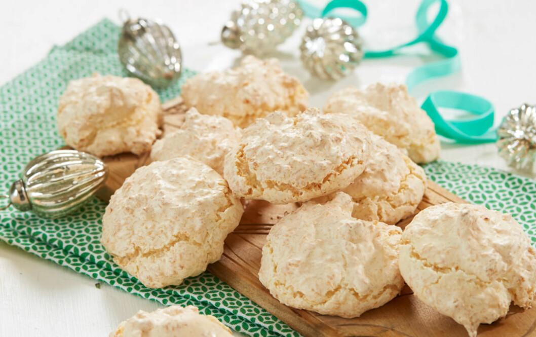 GLUTENFRIE KOKOSMAKRONER: Få ingredienser kan også gi gode kaker. Disse kan dyppes i litt smeltet sjokolade, så blir de ekstra gode. Foto: Synøve Dreyer