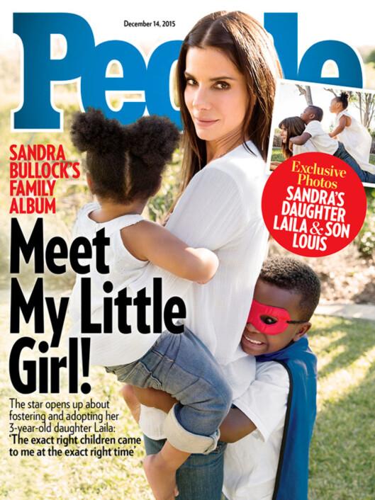 <strong>SNAKKER UT:</strong> Sandra Bullock har åpnet opp om familielivet til amerikanske People, og poserer med barna Louis og Laila på front. Foto: Faksimile People