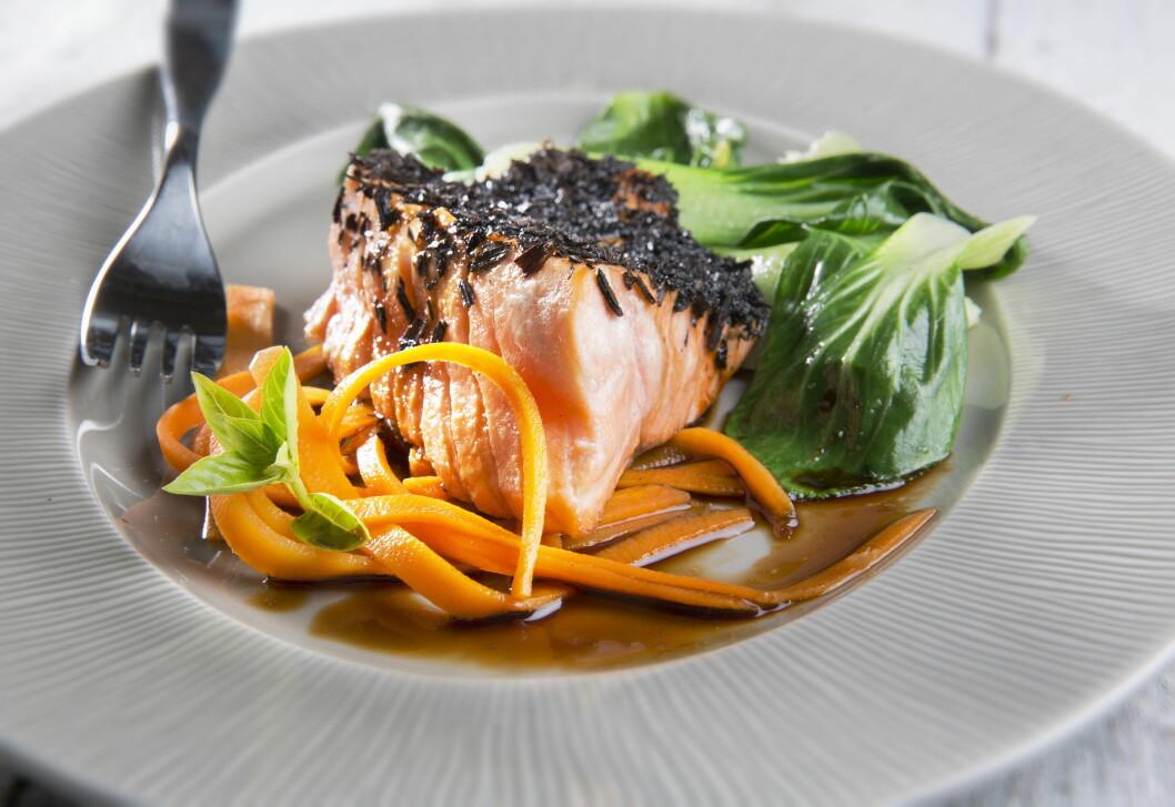 HUSK Å SPISE FISK: Fet fisk bidrar med blant annet omega 3 og D-vitamin og er spesielt viktig for oss nå når vi ikke får så mye sol.  Foto: Magnar Kirknes/Scanpix