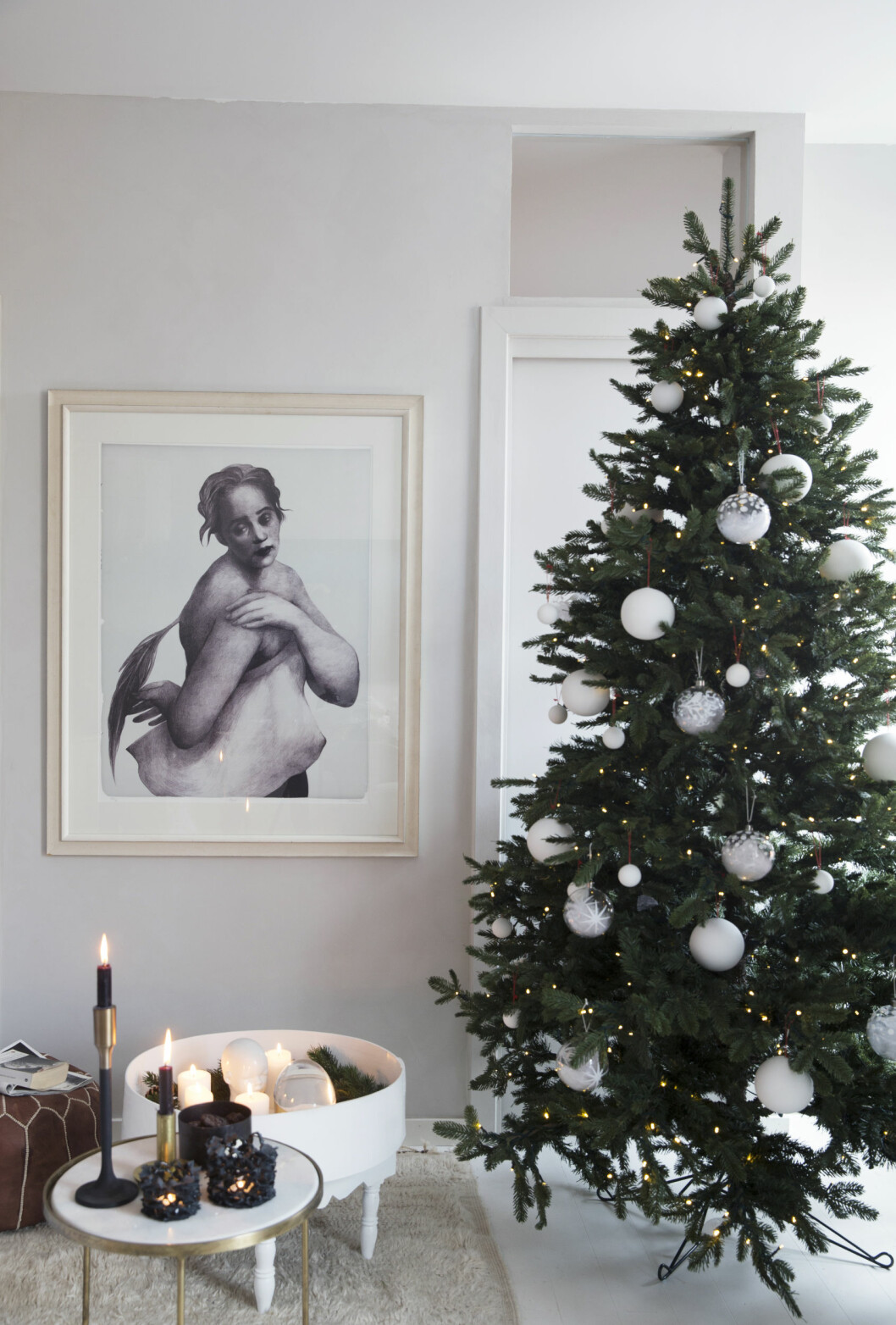 JULETREET: Juletreet og kulene er fra Shishi, på bordet fra Ladyburk.no står telysholdere fra Bolina.Det bakerste bordet har Tone kjøpt i Marrakech og malt hvitt. Bildet er av Trine Follmoe. Tips fra Tone: - Jeg bruker bare én farge på juletrepynten: hvitt. Det gjør uttrykket rent, og så ser jeg det grønne i treet. Foto: Yvonne Wilhelmsen