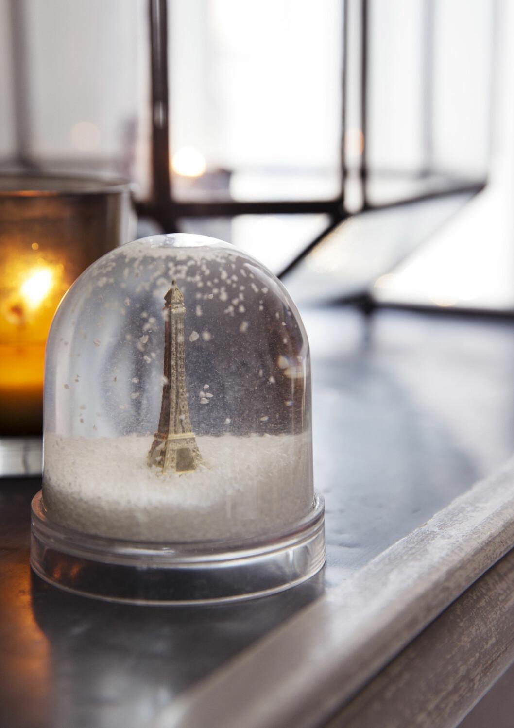 FRANSK JUL: – Jeg er så glad i Paris, så jeg måtte bare ha denne snøkulen med Eiffeltårnet fra Eske interiør, sier Tone. Foto: Yvonne Wilhelmsen