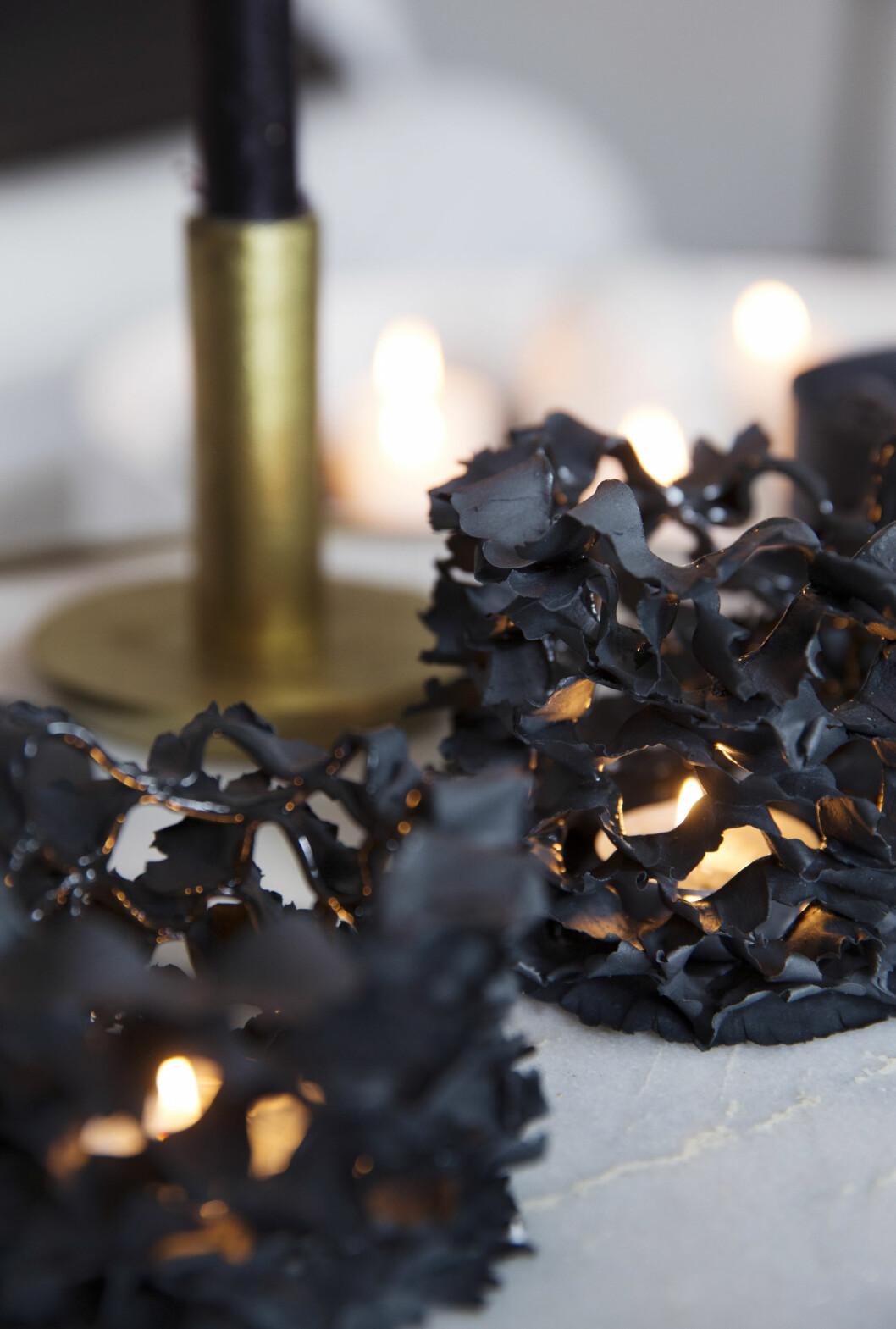 STEMNING: Svarte lyslykter fra Bolina. Foto: Yvonne Wilhelmsen