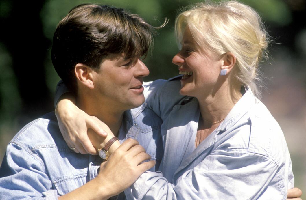 MODEN KVINNE: Det er 10 år som skiller skuespillerparet Anne Marie Ottersen og Lasse Lindtner aldersmessig. - Vi fikk litt panikk begge to, for det var jo ti år mellom oss - «den gærne veien» som folk sa den gang. Jeg sa til meg selv: Han er 30 og ser ut som Adonis, jeg er 40 og kommer alltid til å være «hun gamle», fortalte Anne Marie til Dagbladet Magasinet i 2014. Dette bildet er tatt kort tid etter at de to giftet seg sommeren 1990. Foto: NTB Scanpix
