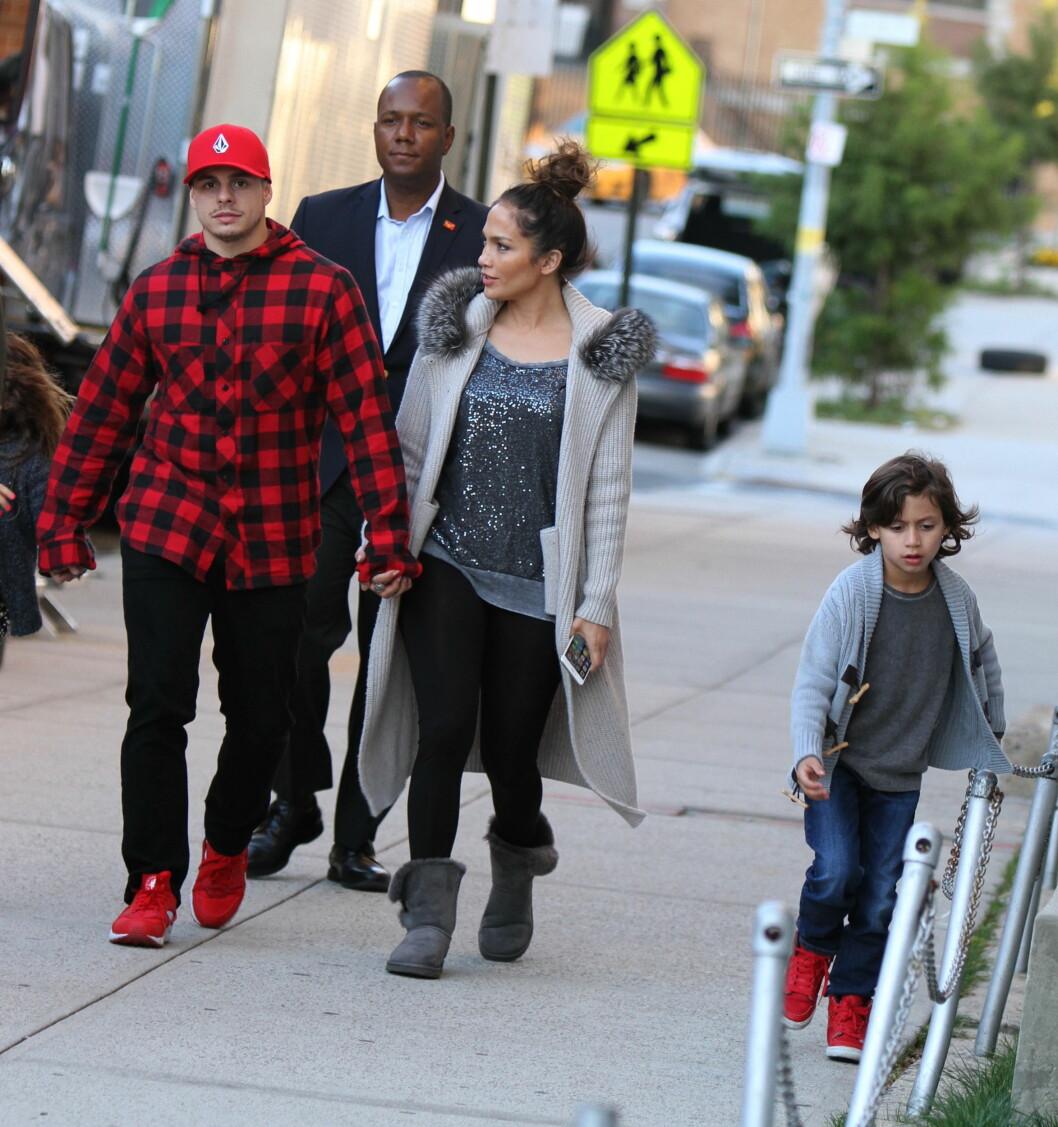 18 ÅRS FORSKJELL: Artist og skuespiller Jennifer Lopez (46) er kjæreste med den unge danseren Casper Smart (28). Her med hennes sønn Maximilian (7).  Foto: NTB Scanpix